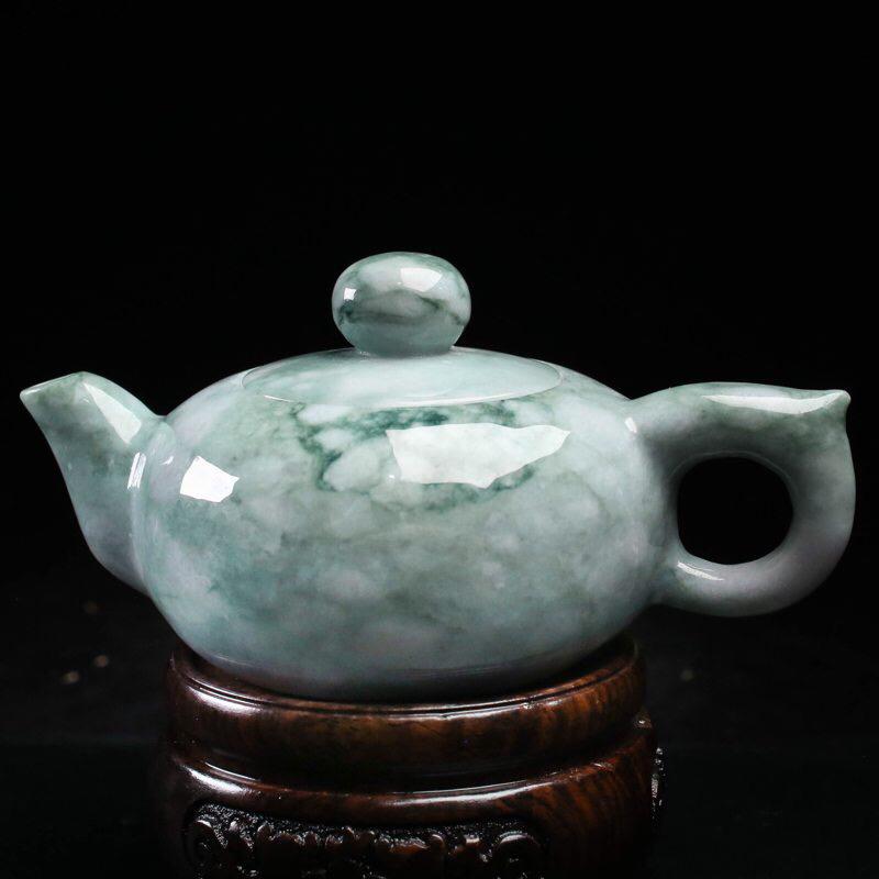 茶壶翡翠小摆件。手工雕刻,精工细作,雕刻线条流畅,尺寸壶身127.7*81.2*64.6mm,配送