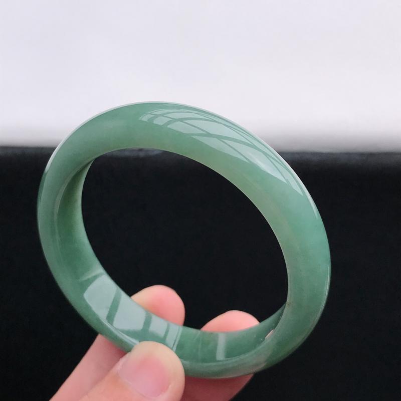 正圈54-55圈口,油青翡翠手镯,有种水玉质细腻,色泽鲜艳,佩戴优雅大方,尺寸:54.8*13*7.