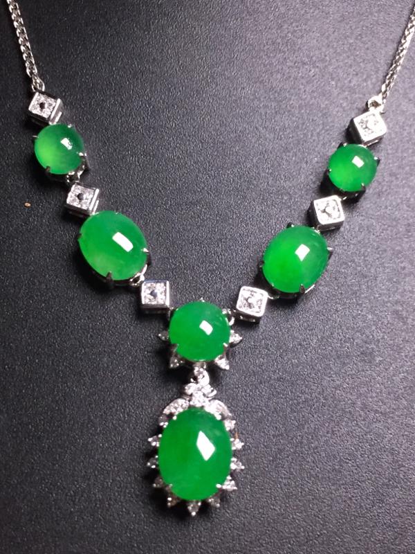 阳绿蛋面晚装项链,18k真金真钻镶嵌,完美,种水超好,玉质细腻
