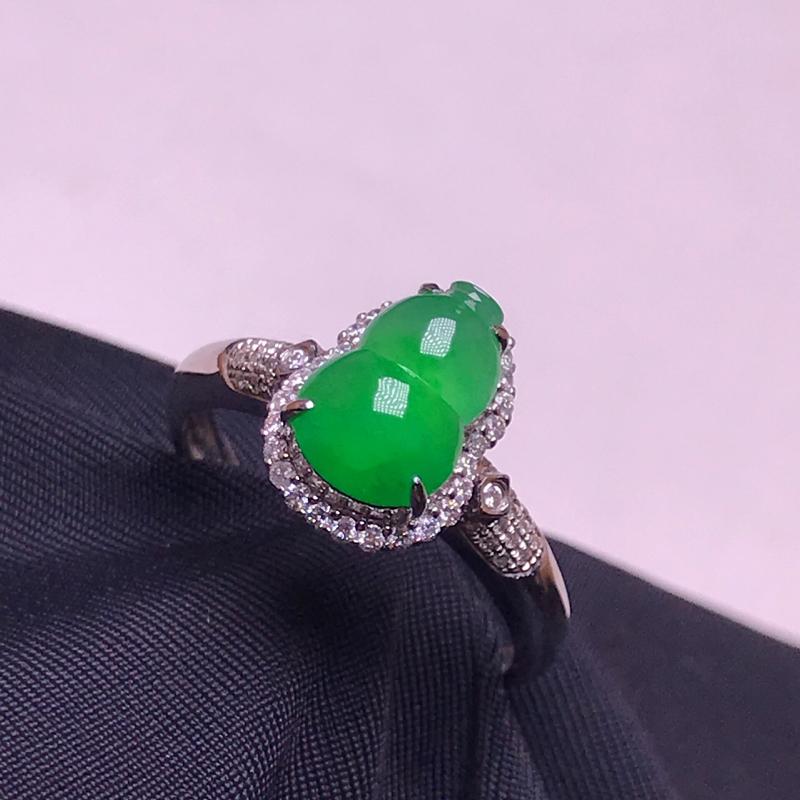 天然翡翠A货,18K金伴钻镶嵌,满绿葫芦戒指,料子细腻,色泽鲜艳,性价比超高