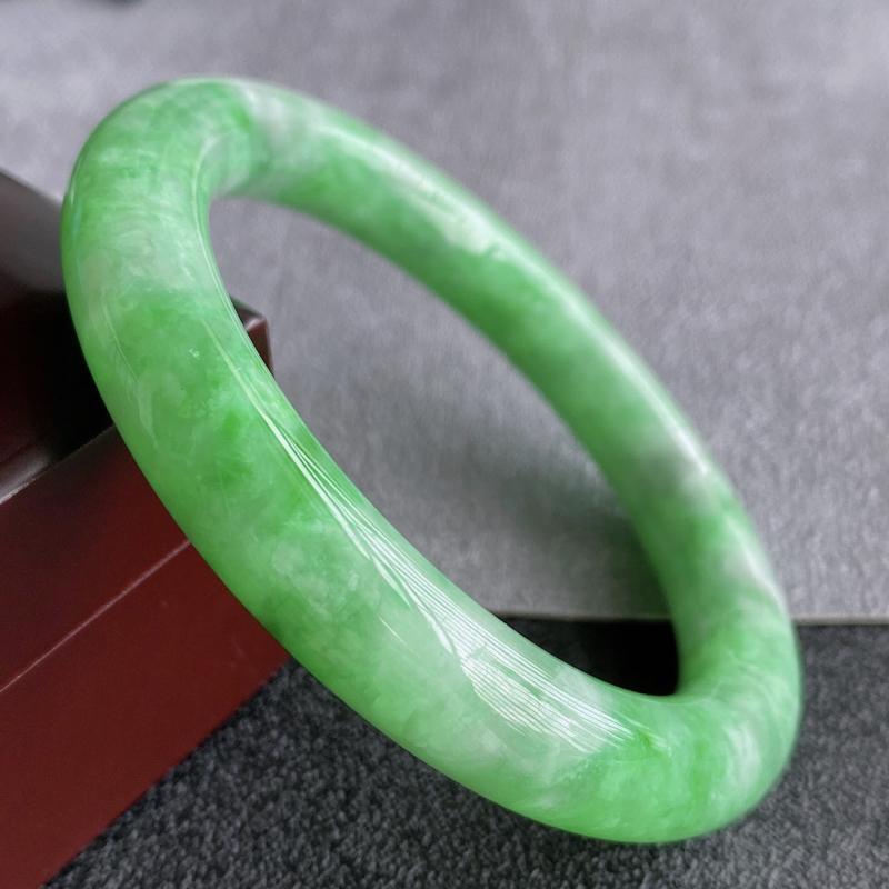 天然翡翠A货,规格56.2/10.2/10.3,老坑种飘绿圆条手镯,颜色非常好看,上手高贵优雅