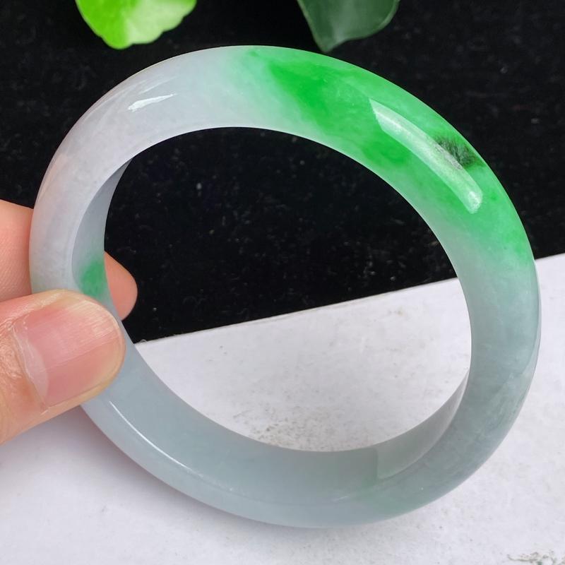 缅甸a货翡翠,水润飘绿正圈手镯60.6mm 玉质细腻,水润飘绿,条形大方得体,佩戴效果更好
