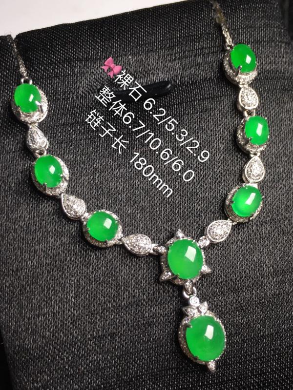 冰绿蛋面晚装链,饱满水润,玉质细腻光滑,款式精美,完美无瑕,18K金真钻,佩戴优雅高贵.(取头颗)含