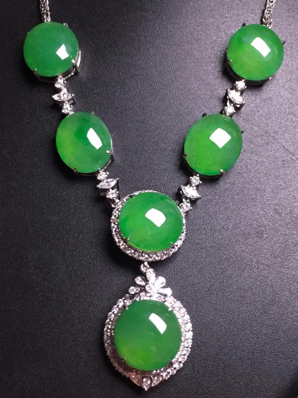 阳绿蛋面晚装项链,18k真金真钻镶嵌,完美,种水超好,玉质细腻。