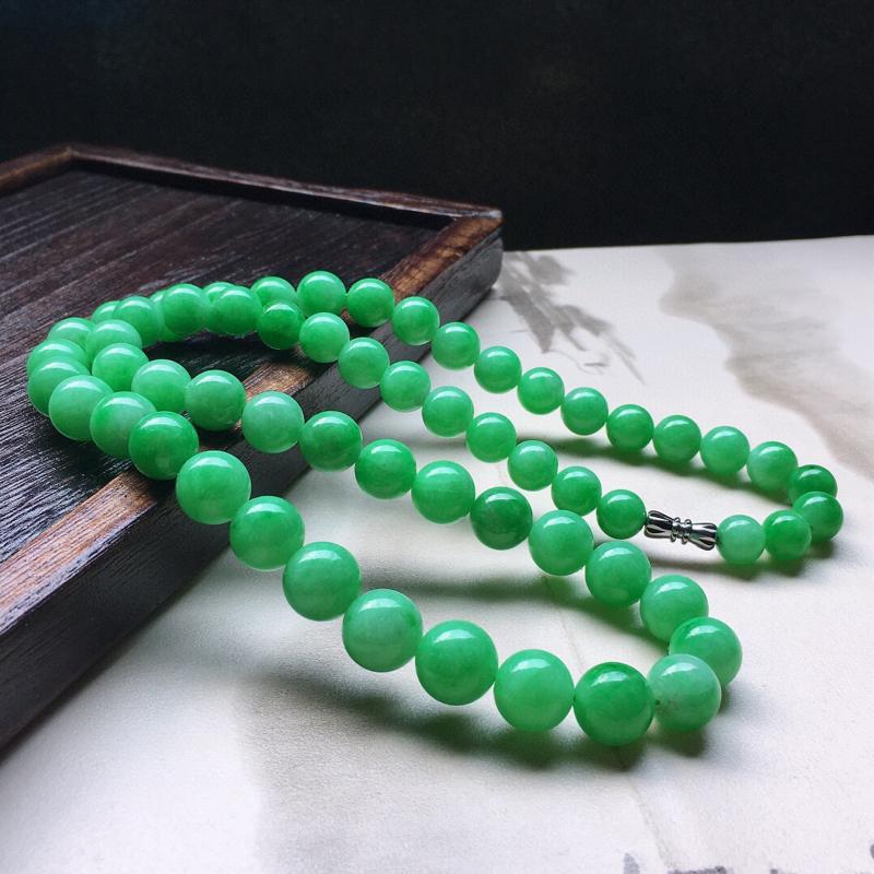 缅甸翡翠满绿圆珠项链(银扣),自然光实拍,玉质莹润,佩戴佳品,单颗尺寸小:8.2mm,单颗尺寸大:1