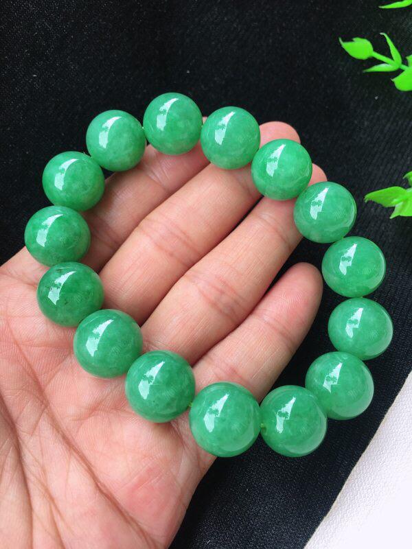 精雕满绿14.5mm圆珠手串 种水足 玉质细腻 珠子饱满圆润 色泽饱满均匀!个别微纹!尺寸:14.5