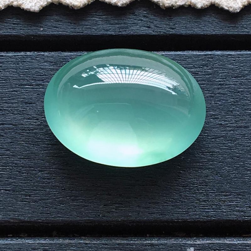 自然光实拍,缅甸a货翡翠,冰绿蛋面,种好通透,起荧光,颜色超美,清丽脱俗,品质高档,镶嵌佳品