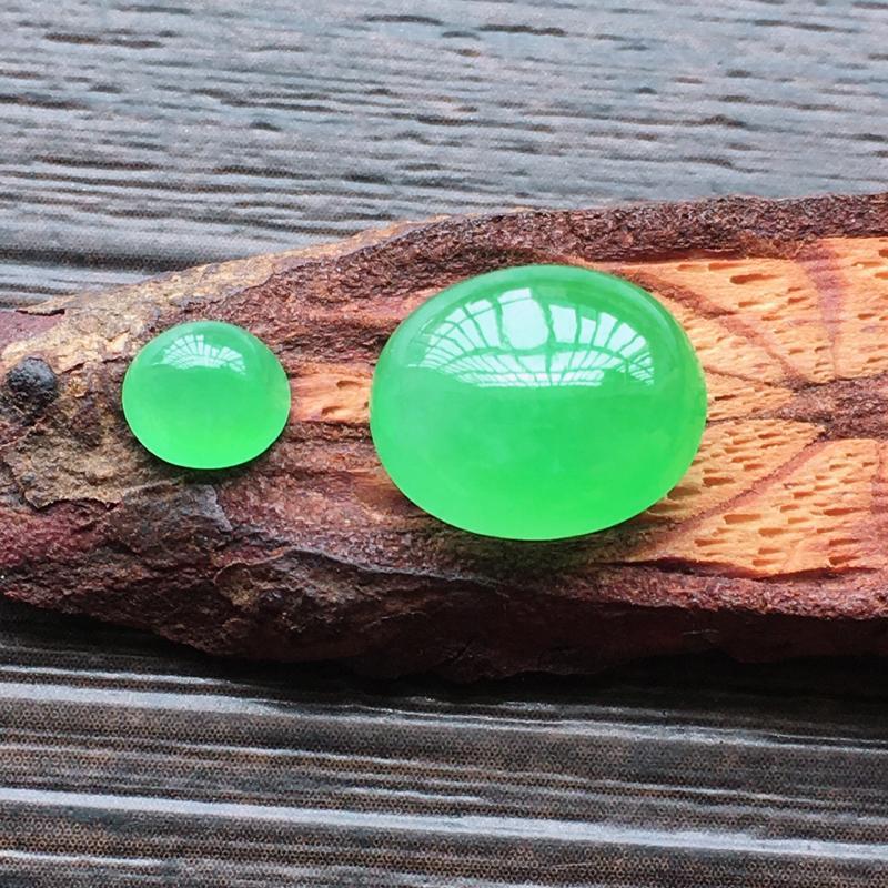 自然光实拍,缅甸a货翡翠,冰种阳绿蛋面2个,种好通透,水润玉质细腻,雕刻精细,饱满品相佳,镶嵌佳品,
