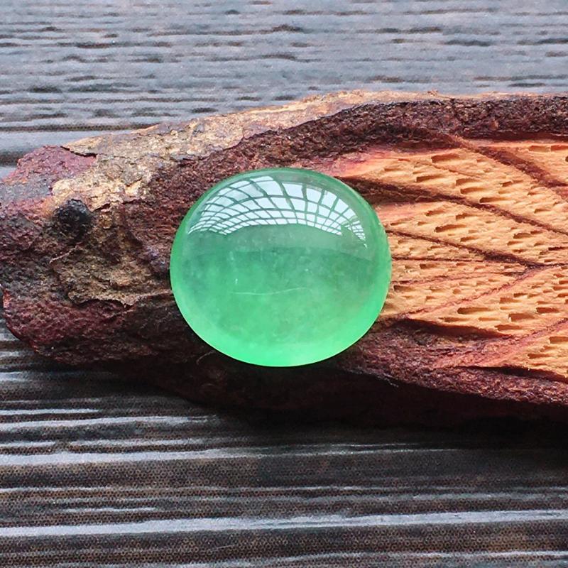 自然光实拍,缅甸a货翡翠,冰种甜绿蛋面,种好通透,水润玉质细腻,雕刻精细,饱满品相佳,需镶嵌,