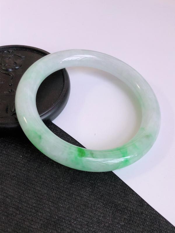 翡翠A货满绿圆条手镯 尺寸60.2*10.4*10.3mm 上手优雅大气 编号859