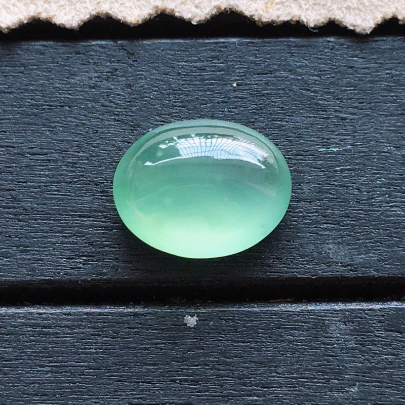自然光实拍,缅甸a货翡翠,冰绿蛋面,种好通透,绿底清新脱俗,玉质莹润饱满,镶嵌佳品