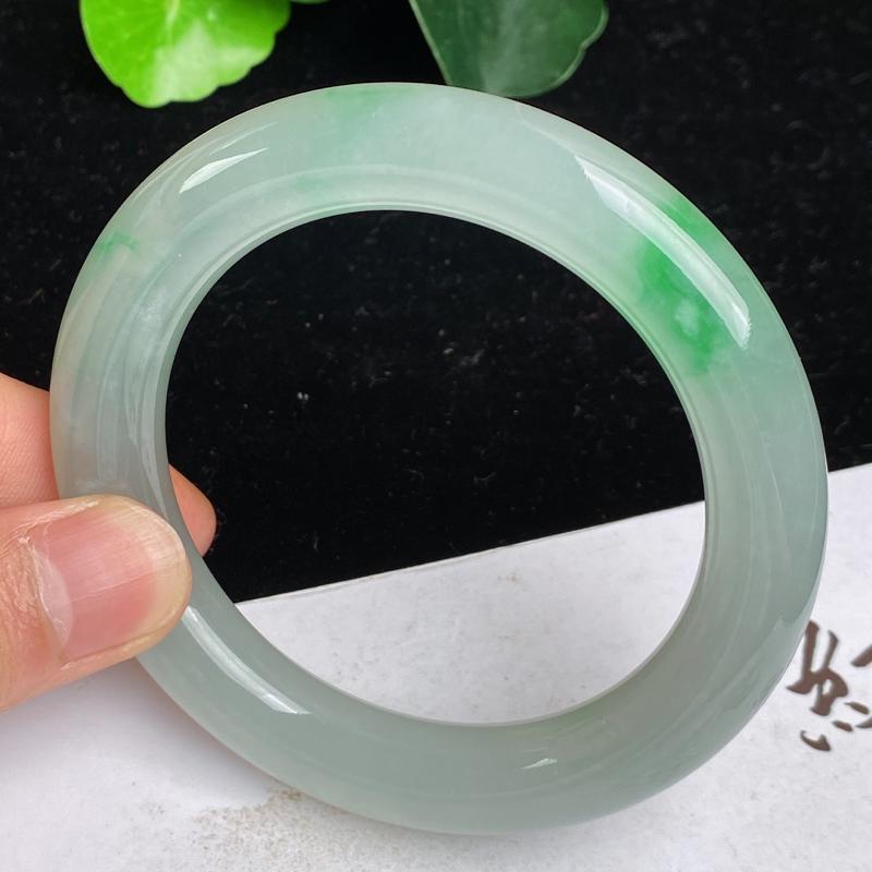 缅甸a货翡翠,水润飘绿正圈手镯58mm 玉质细腻,圆润饱满,有种有色,佩戴效果更好