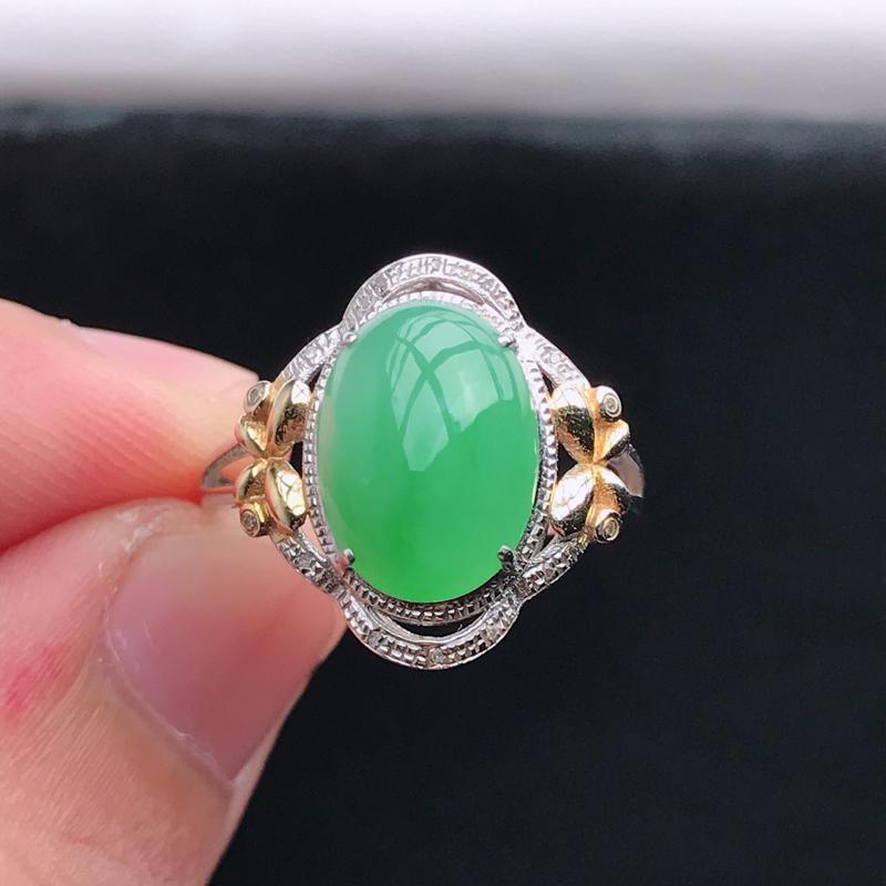 18k金镶嵌浅绿蛋面戒指,有种水玉质细腻,色泽鲜艳,佩戴优雅大方,尺寸:内径17.1,16.3*15