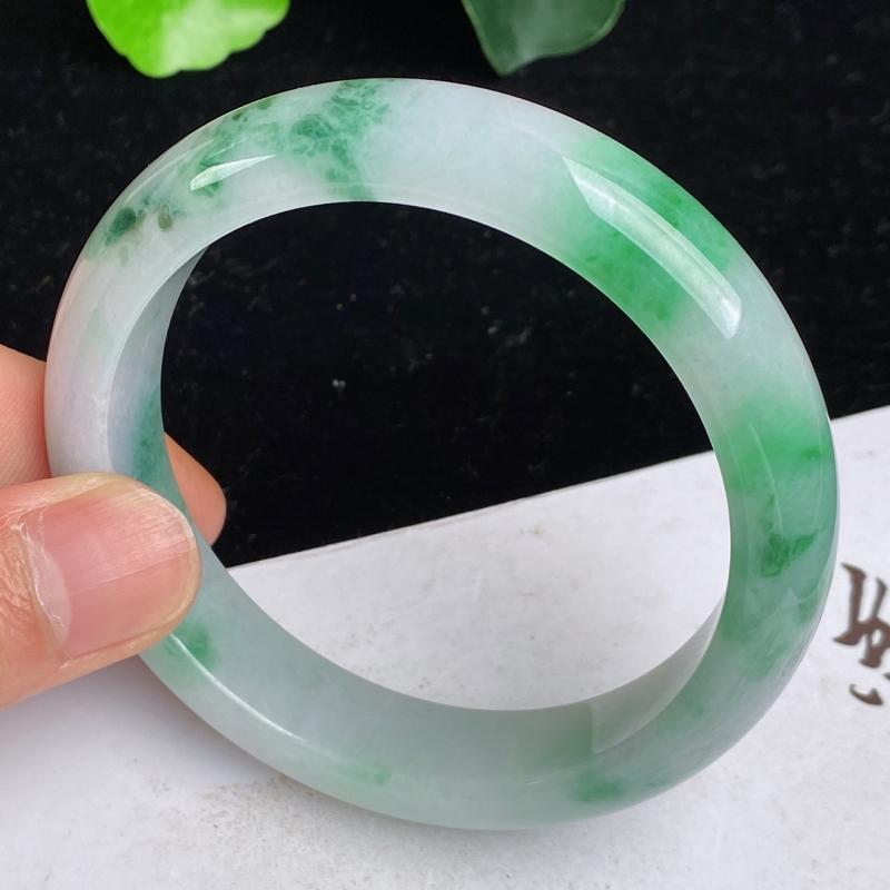 缅甸a货翡翠,水润飘绿正圈手镯58.8mm 玉质细腻,水润飘绿,条形大方得体,佩戴效果更好