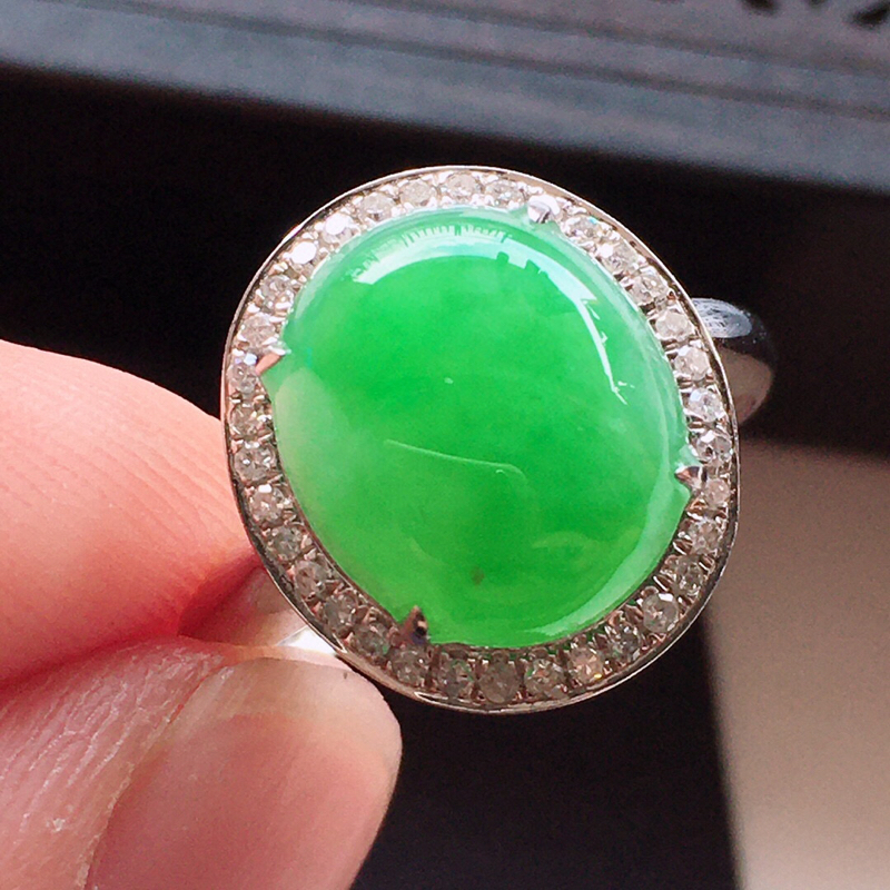 精品翡翠18k镶嵌伴钻戒指,雕工精美,玉质莹润,尺寸:内径尺寸:17.4MM,裸石尺寸:11.6*9