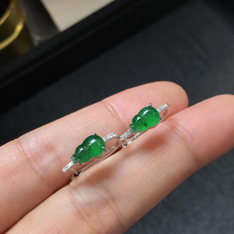 一对阳绿葫芦耳钉,聚财辟邪,完美色阳,底庄细腻,18K金南非真钻镶嵌,性价比高,推荐,尺寸7.7*5