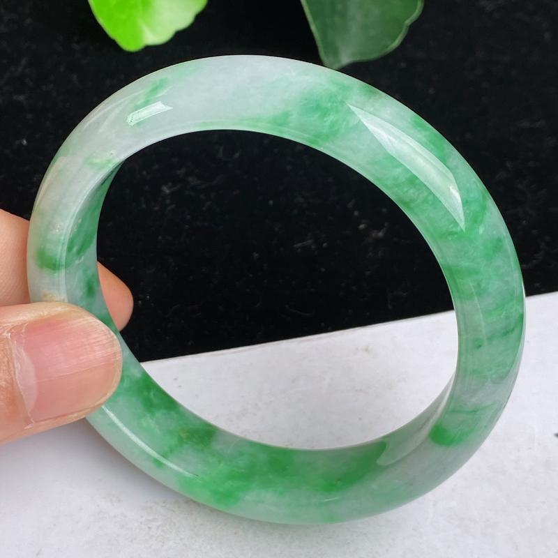 缅甸a货翡翠,水润飘绿正圈手镯57.2mm 玉质细腻,水润飘绿,条形大方得体,佩戴效果更好