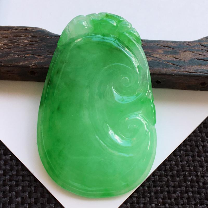 天然翡翠A货糯化种满绿如意吊坠,尺寸:43.8/27.2/4.0mm,玉质细腻,颜色好看,上身效果好
