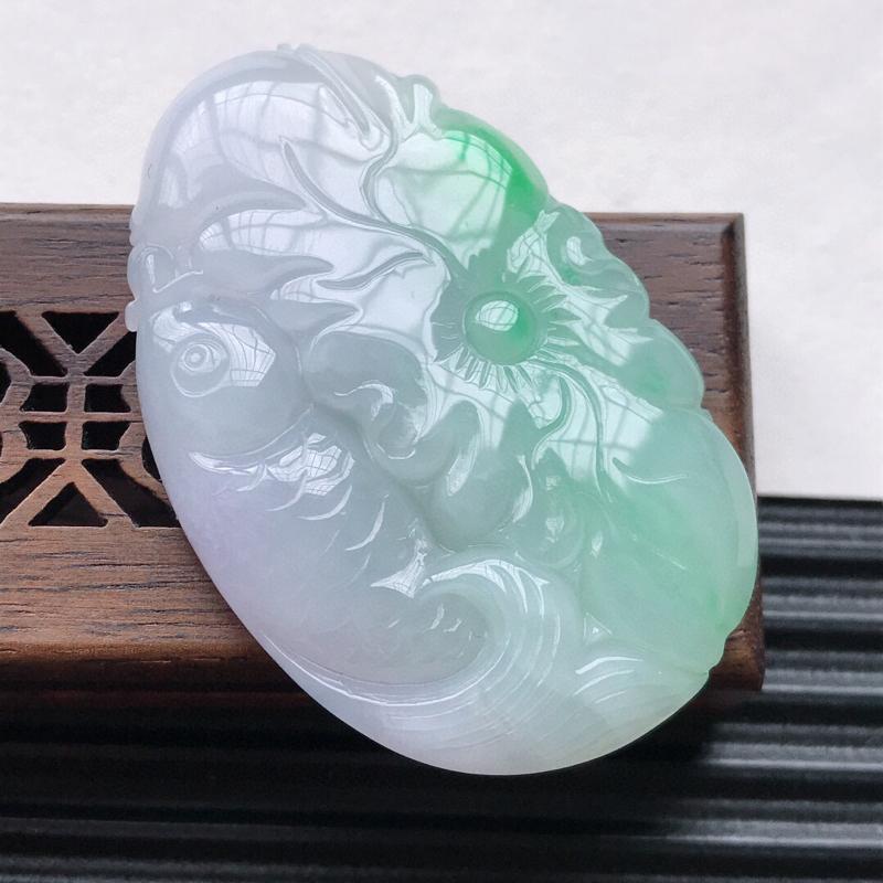 天然翡翠A货细糯种飘绿精美荷叶鱼吊坠,尺寸47.5-31-6.2 mm,玉质细腻,种水好 上身效果漂