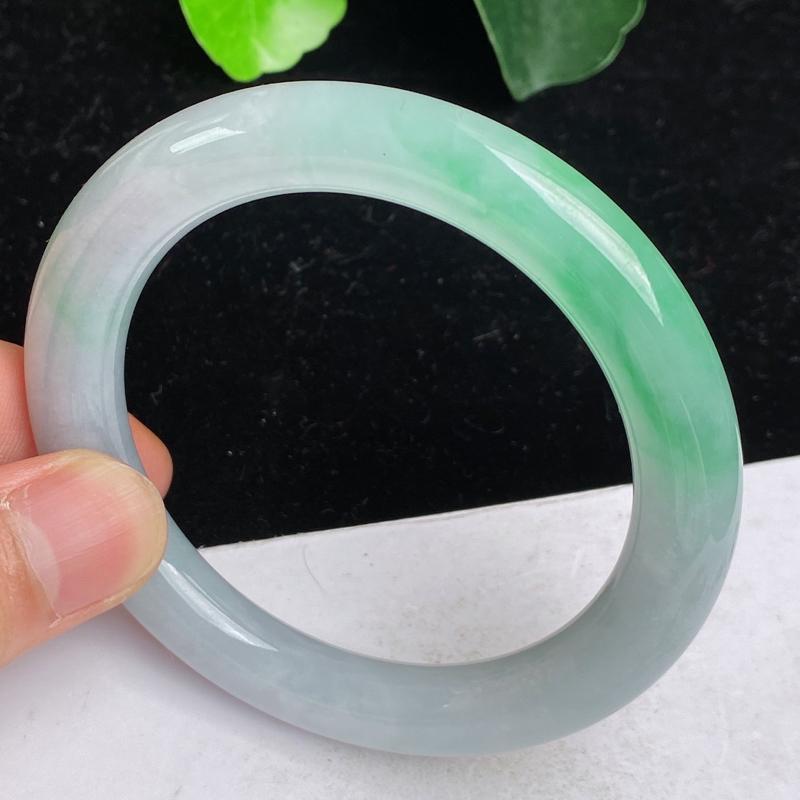 缅甸a货翡翠,水润飘绿正圈手镯55.6mm 玉质细腻,水润飘绿,圆润饱满,有种有色,佩戴效果更好