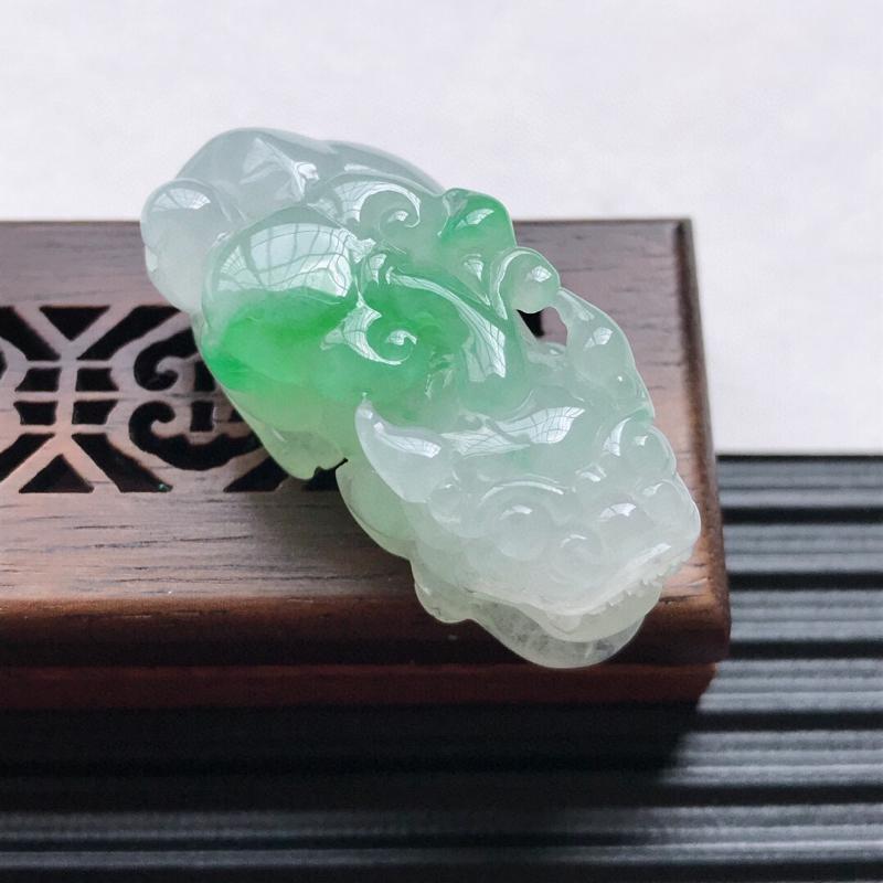 天然翡翠A货细糯种飘绿精美貔貅吊坠,尺寸38.4-18.3-15.4mm,玉质细腻,种水好 上身效果