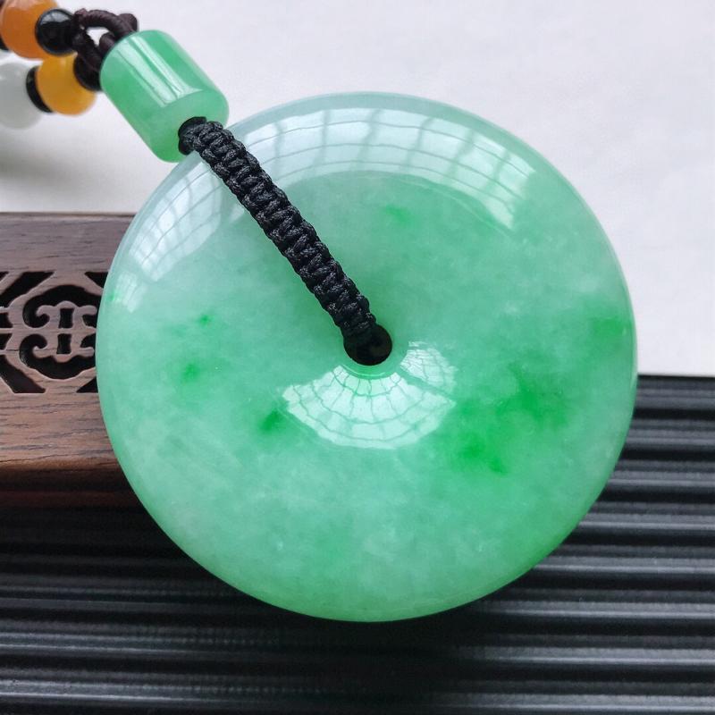 天然翡翠A货细糯种飘绿精美平安扣吊坠,尺寸51.5-11mm配珠为工艺珠,玉质细腻,种水好 上身效果