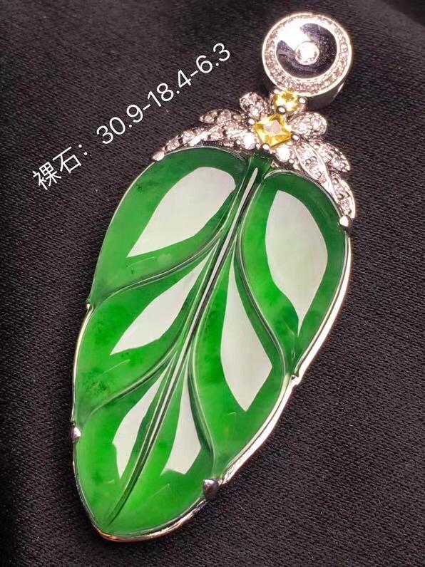 满绿叶子🍃翡翠吊坠,种老通透,色辣,完美,性价比高,裸石尺寸:30.9*18.4*3整体尺寸:35.