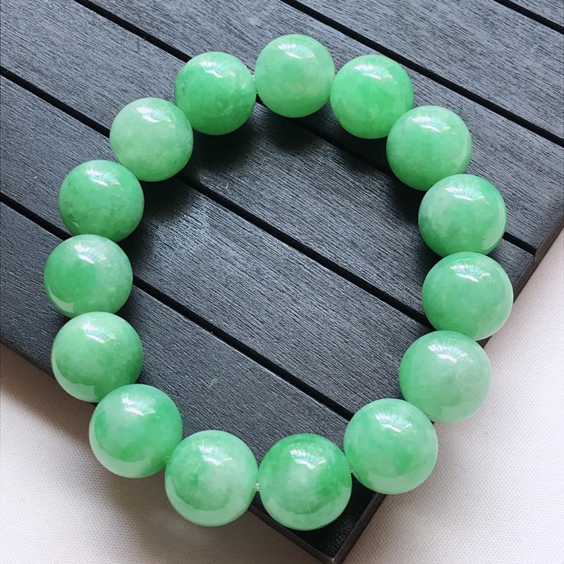 天然翡翠A货,细糯种水润起光浅绿圆珠手链,玉质细腻,颜色漂亮,上手高贵上档次,尺寸其中一颗珠子的直径