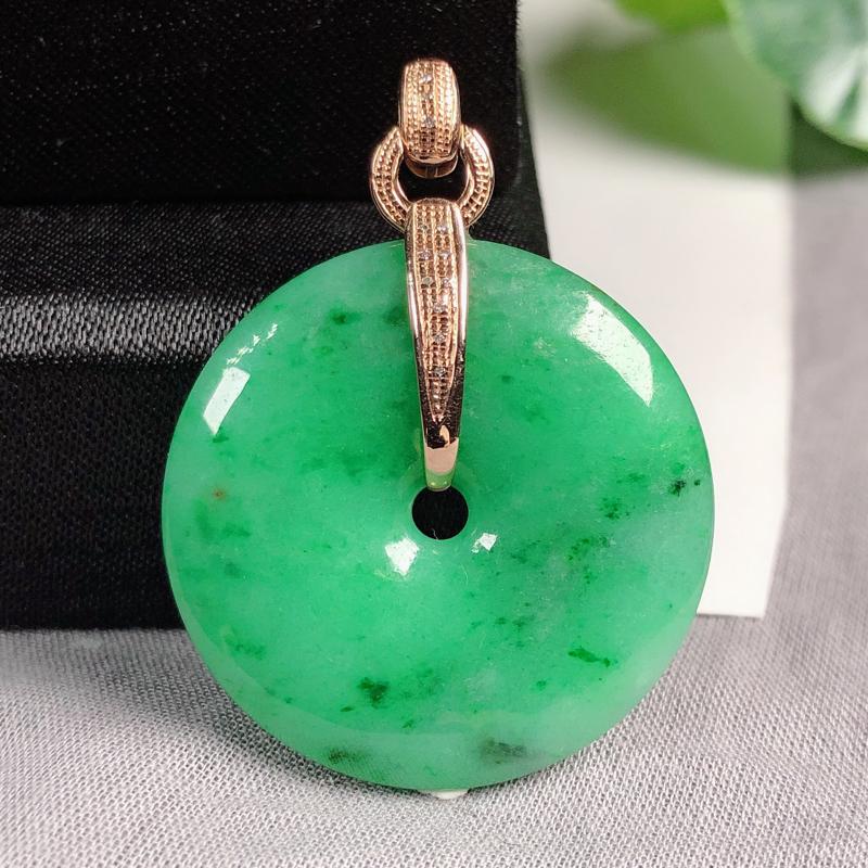 糯种满绿翡翠,平安扣吊坠,玉质细腻,水头好,底子鲜绿,饱满圆润,镶嵌金扣