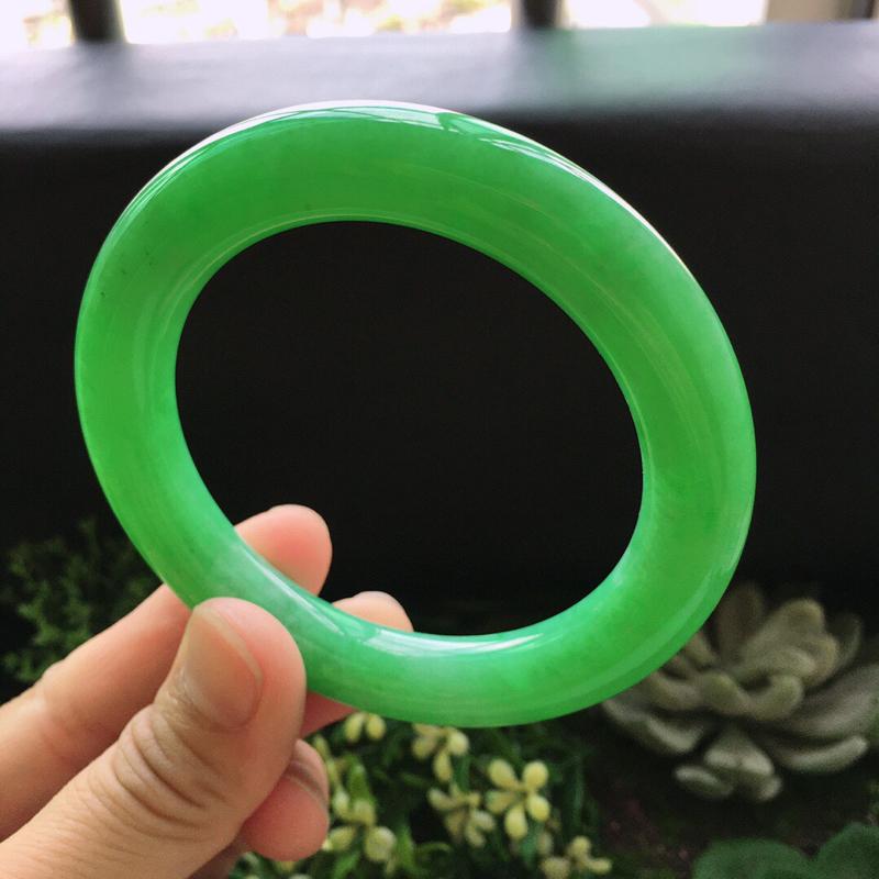 糯化种满绿色圆条手镯。天然翡翠A货玉质细腻.   颜色好.  佩戴上手大方漂亮,圈口:56.5mm