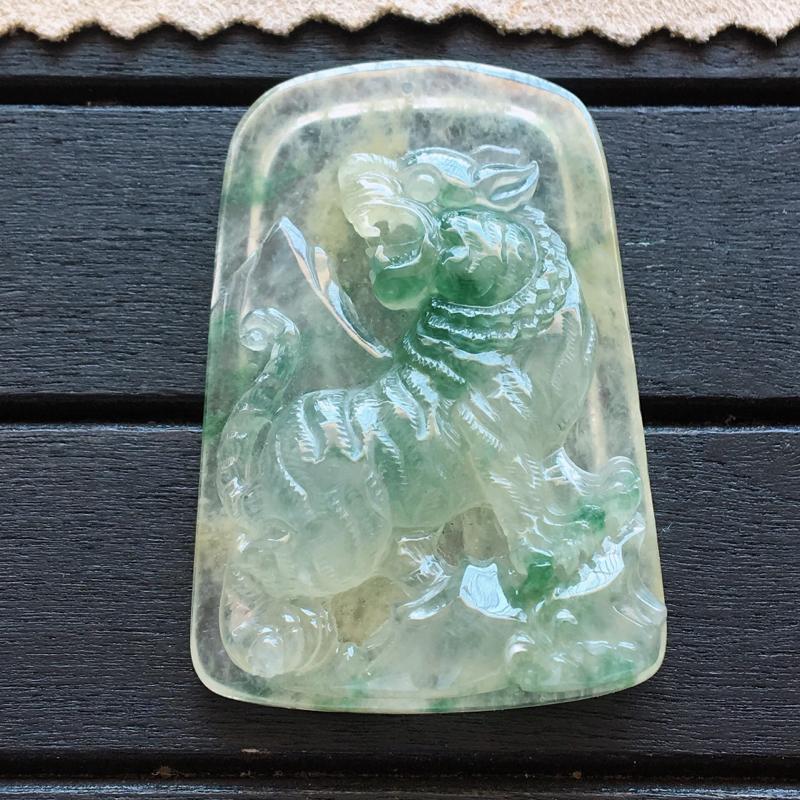 自然光实拍,缅甸a货翡翠,黄加绿虎牌,虎虎生威,种好通透,花色漂亮,玉质莹润,工艺独特,个性十足