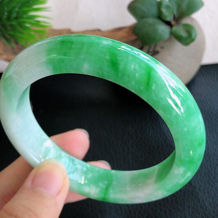 圈口56mm,天然缅甸翡翠A货飘绿宽边手镯,料子细腻柔洁,尺寸56/13/8.5mm,重量63.61
