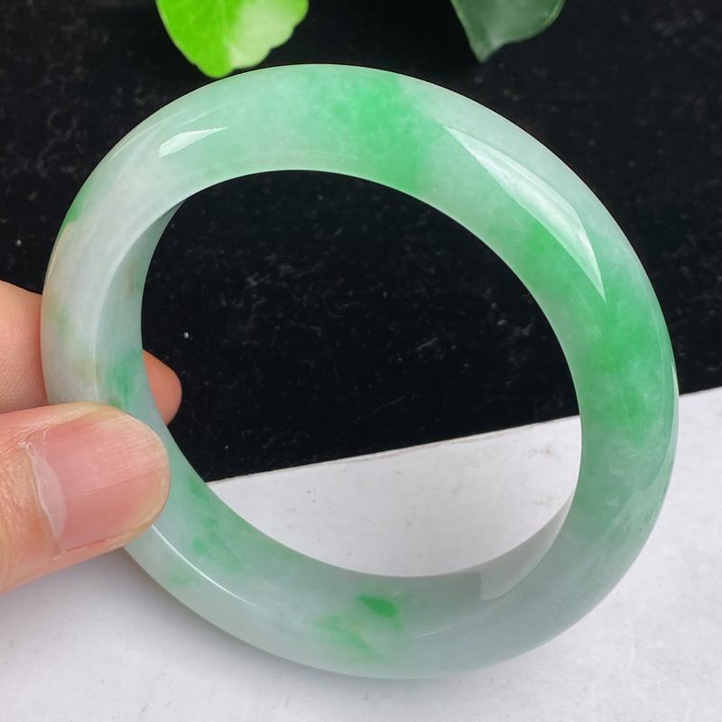 缅甸a货翡翠,水润飘绿正圈手镯57mm 玉质细腻,水润飘绿,条形大方得体,佩戴效果更好