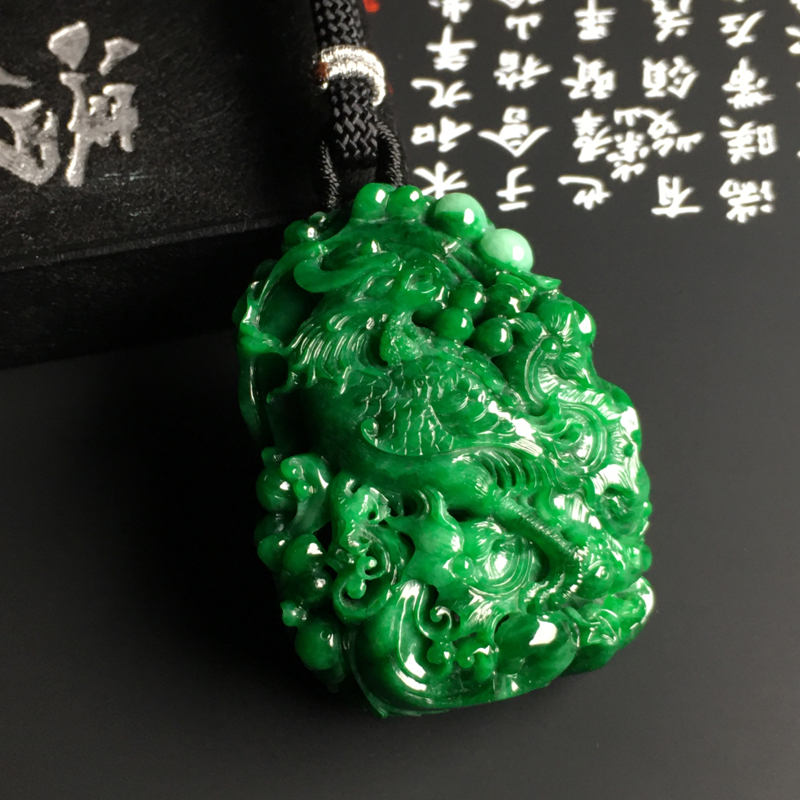 细豆种阳绿【凤凰涅磐】吊坠 雕工精湛 翠色阳绿 品相精美