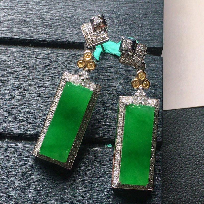 缅甸翡翠18k金伴钻镶嵌满绿素面牌耳坠,自然光实拍,颜色漂亮,玉质莹润,佩戴佳品,包金尺寸:30.1