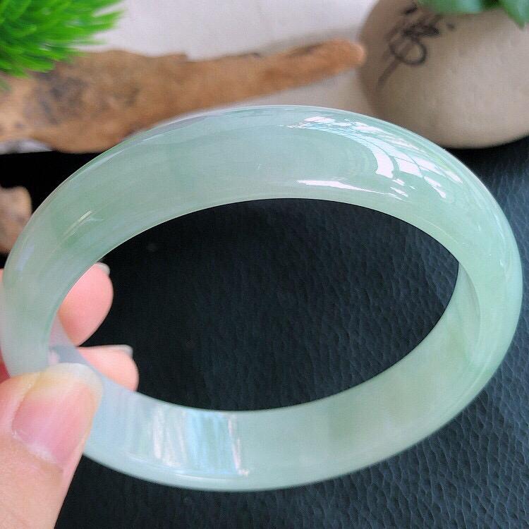 圈口58mm 天然缅甸老坑A货飘绿宽边手镯 ,料子细腻柔洁,尺寸58/13/7mm ,重量53.47
