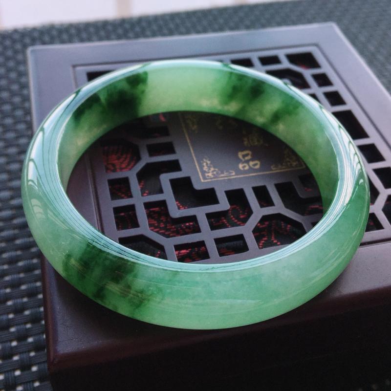 天然翡翠手镯,圈口55.8,条形饱满正装,料子水润飘绿色,无纹裂🌹