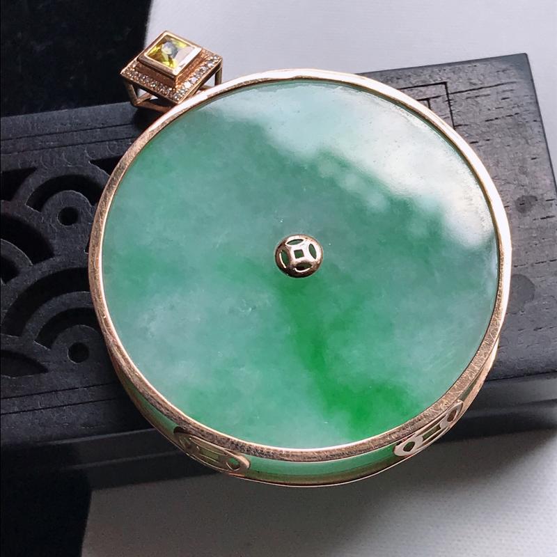 天然翡翠A货,18K金伴钻细糯种飘阳绿平安扣吊坠,玉质细腻,颜色漂亮,上身高贵上档次,尺寸连金49.