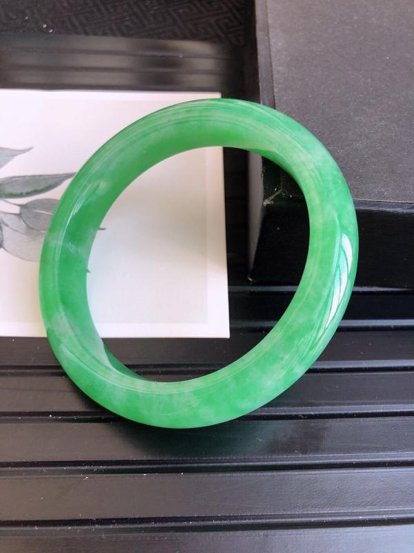 7.15.65/完美,圈口:58.0/12.1/8.7mm,WW满绿宽边手镯,玉质细腻水润,颜色鲜艳