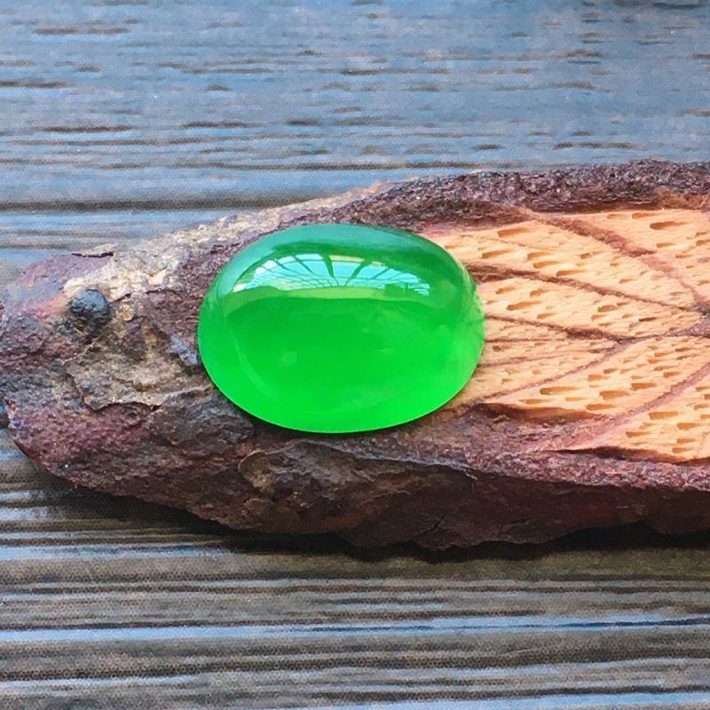 自然光实拍,缅甸a货翡翠,冰种阳绿蛋面,颜色艳丽,种好通透,水润玉质细腻,雕刻精细,饱满品相佳,镶嵌