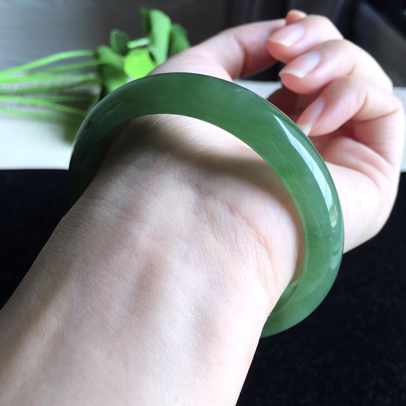 天然A货翡翠 莹润满绿正装手镯 玉质细腻 满绿均匀,青翠明媚,版型小巧 佩戴优雅迷人!尺寸56.3*