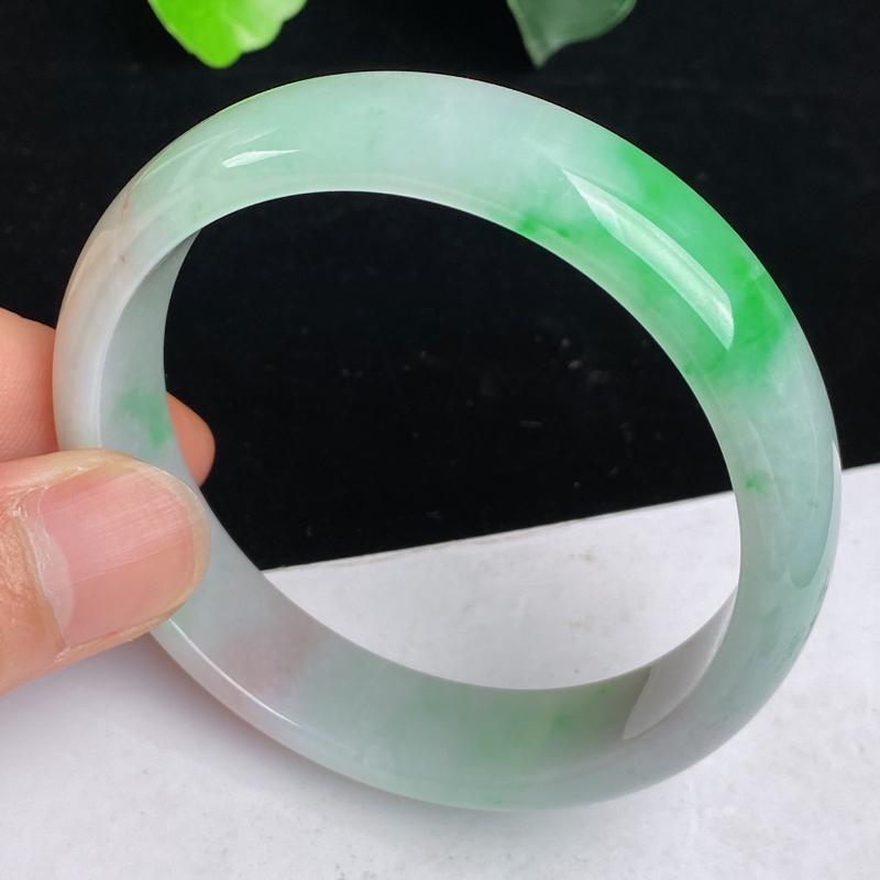 缅甸a货翡翠,水润飘绿正圈手镯56.8mm 玉质细腻,水润飘绿,条形大方得体,佩戴效果更好