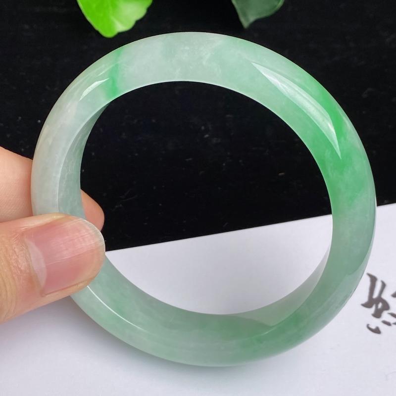 缅甸a货翡翠,水润飘绿正圈手镯57.8mm 玉质细腻,水润飘绿,条形大方得体,佩戴效果更好