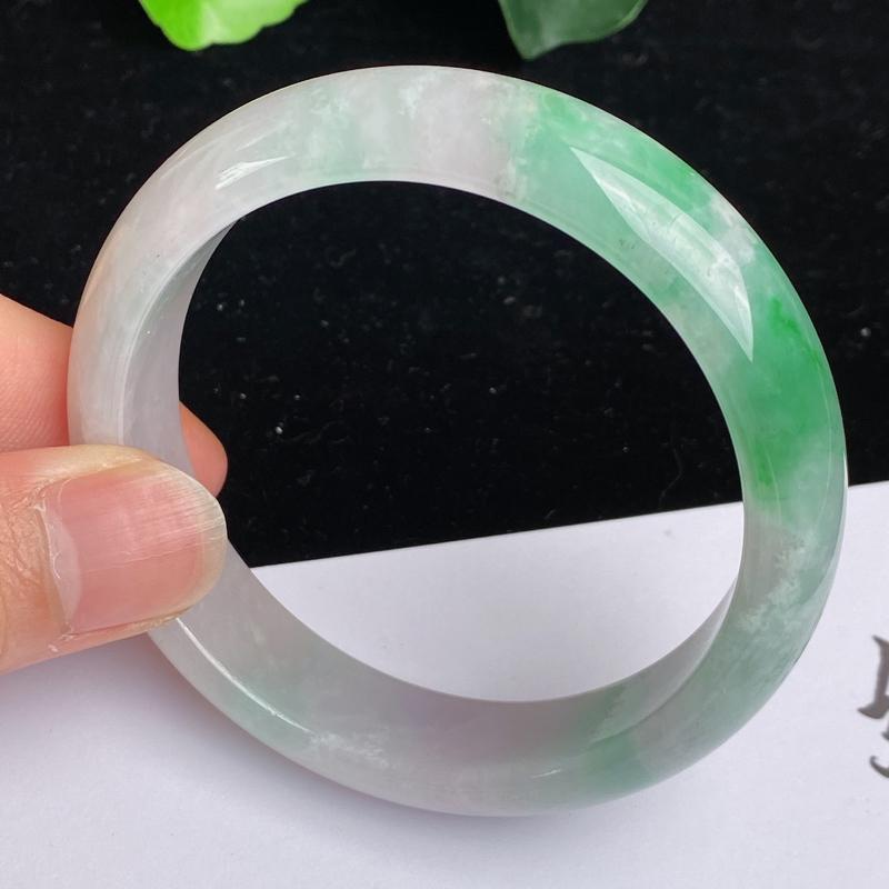 缅甸a货翡翠,水润飘绿正圈手镯57.3mm 玉质细腻,水润飘绿,条形大方得体,佩戴效果更好