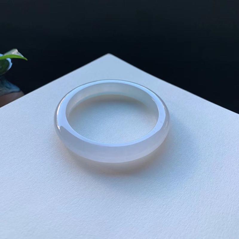 50.7圈口,冰糯种纯色正圈手镯,釉洁水润,底子干净无杂质,无纹裂。 正圈尺寸:50.7-9.7-7