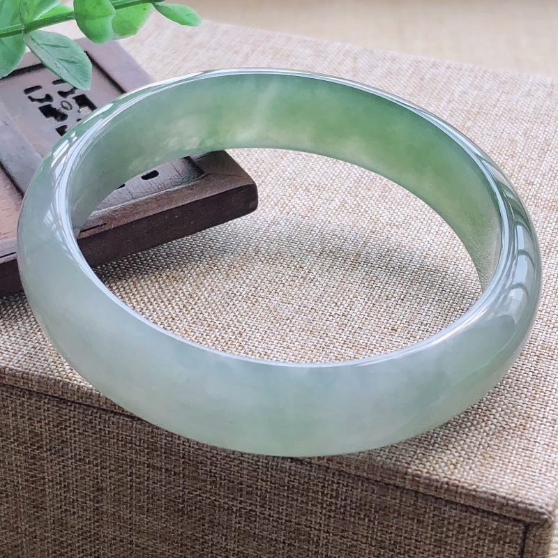 【👍👍👍糯化种翡翠飘绿宽条手镯,圆润厚实,亮丽秀气,颜色好,品相好,上手佩戴效果知性优雅,尺寸57.5*13.9*8.1mm。温馨提示:手镯比较容易出现佩戴不合适,如对圈口有疑问, 请拍之前咨询客服了解手镯的圈口尺寸。】图4