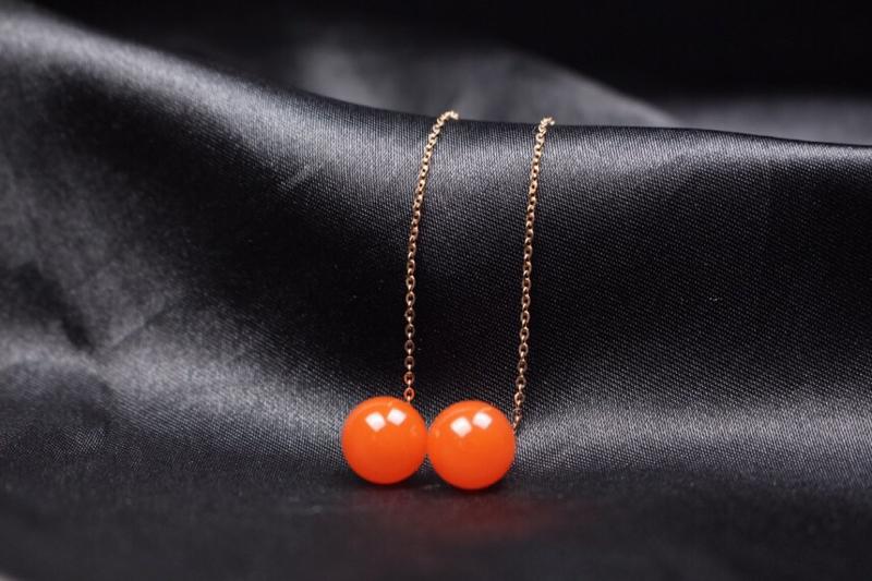 【耳线】樱桃红圆珠镶嵌耳线,朱砂分布均匀,18k黄镶嵌,简约时尚,灵动感十足,整体无胶无裂无杂。