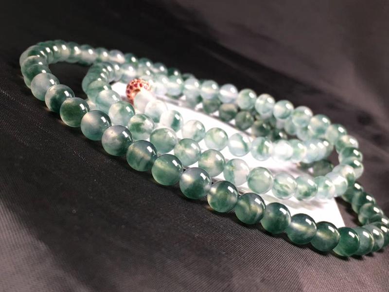 好品质冰飘花翡翠珠链,直径卡6.9mm,种好,水润,完美度极高,花色灵动飘逸,清爽,颗颗精选,花色满