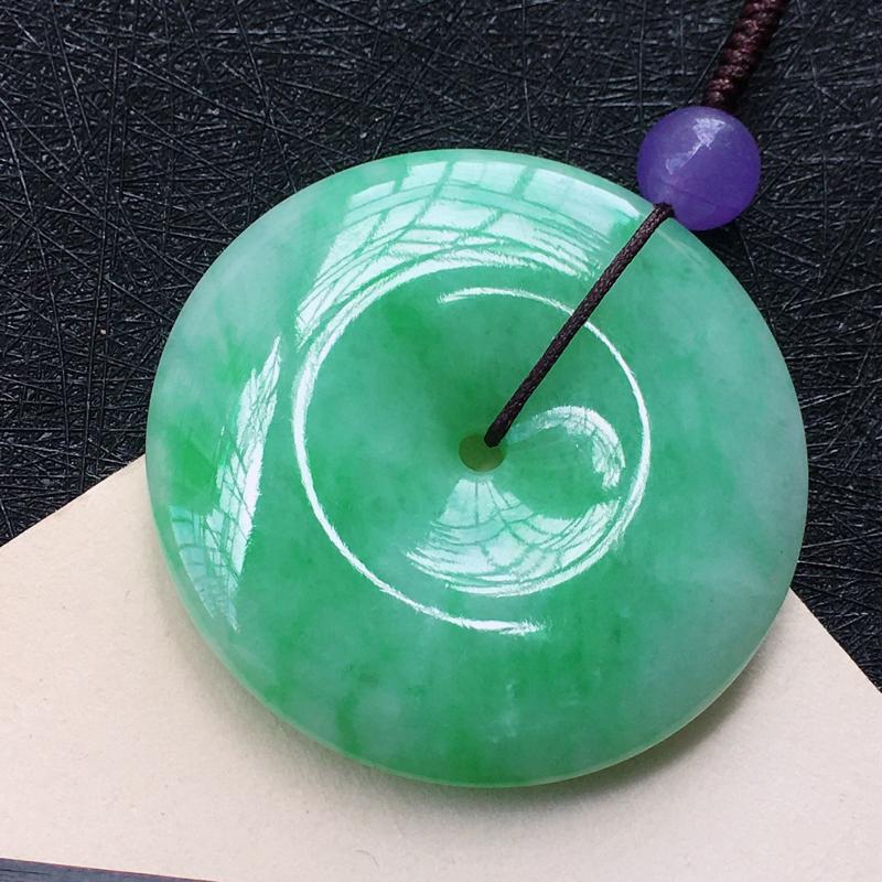 翡翠飘绿平安扣吊坠,种水好玉质细腻温润,颜色漂亮。(紫色珠为装饰珠)