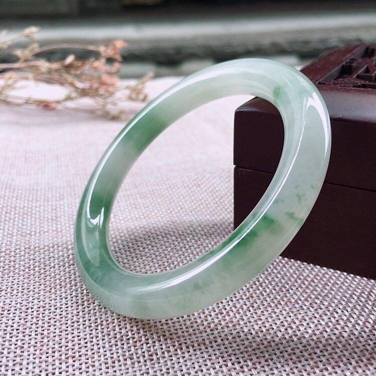 --天然翡翠飘绿圆条手镯,玉质细腻上手高贵典雅气质大方